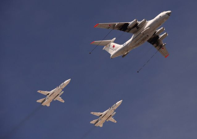 Tankovací letoun Il-78 a hornoplošníky Su-24 během přehlídky vítězství.