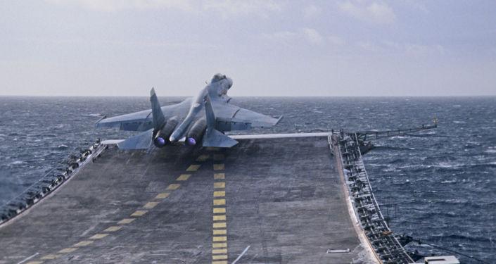 Vzlétnutí přepadového stíhacího letouna 4. generace Su-27K z paluby letadlové lodi Admiral Kuznecov.