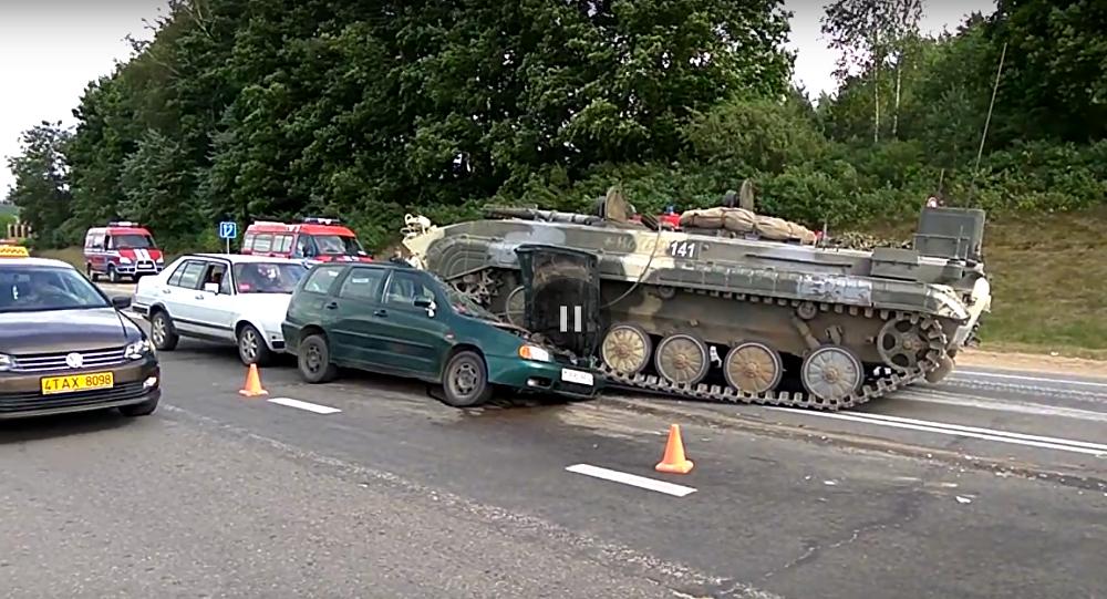 BVP-1 rozmačkal na dálnici Volkswagen Polo (VIDEO)