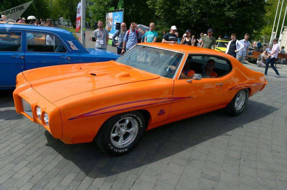 Auto Pontiac GTO před rally starých vozů Bosch Moskau Klassik v Moskvě.