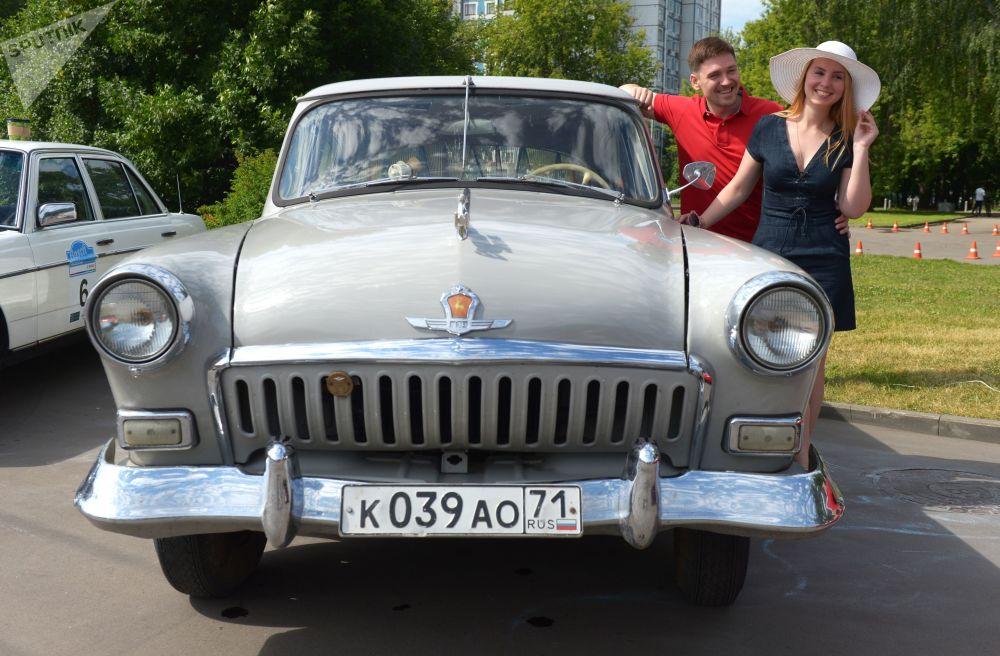 GAZ-21 Volga před zahájením rally starých vozů Bosch Moskau Klassik v Moskvě.