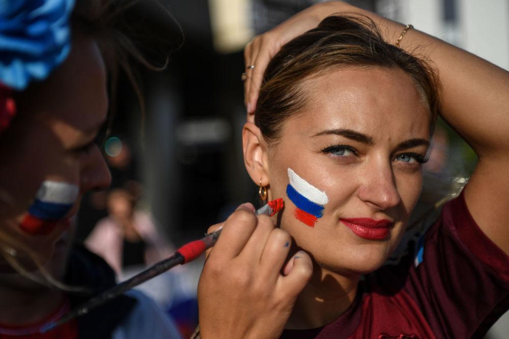 Fanynka ruského národního týmu před zápasem ve skupině mezi národními týmy Ruska a Egyptem v Petrohradu