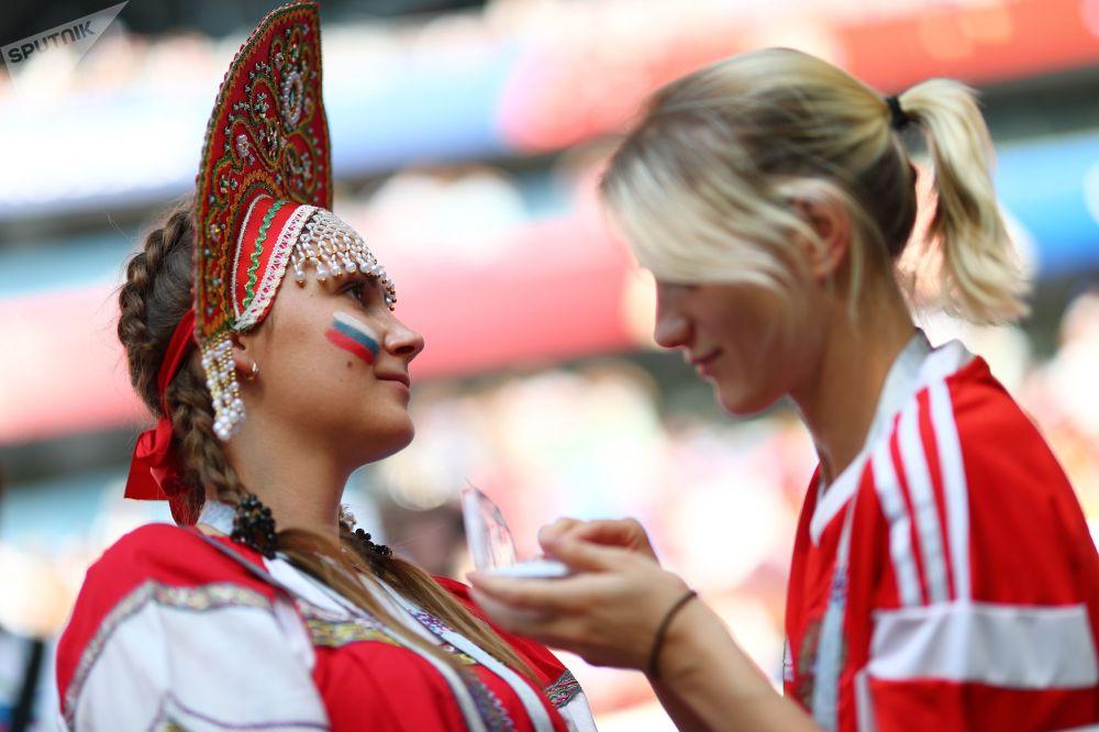 Fanynky ruského národního týmu před zápasem MS mezi týmy Uruguaye a Ruska.