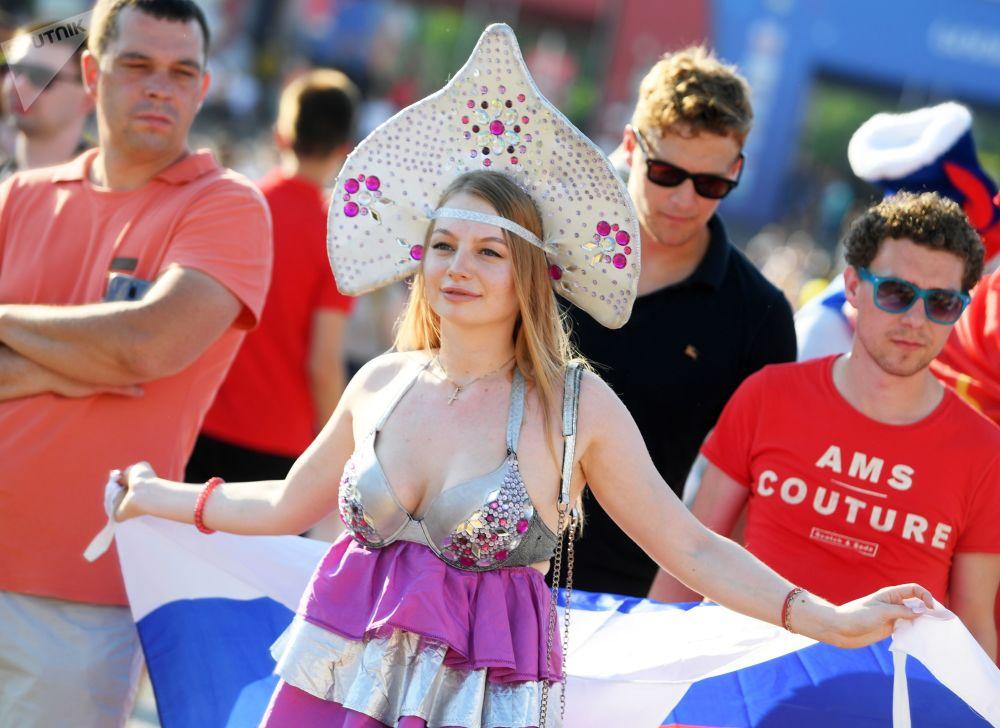 Fanynka ruského národního týmu v Kazani před zápasem MS mezi týmy Uruguaye a Ruska.