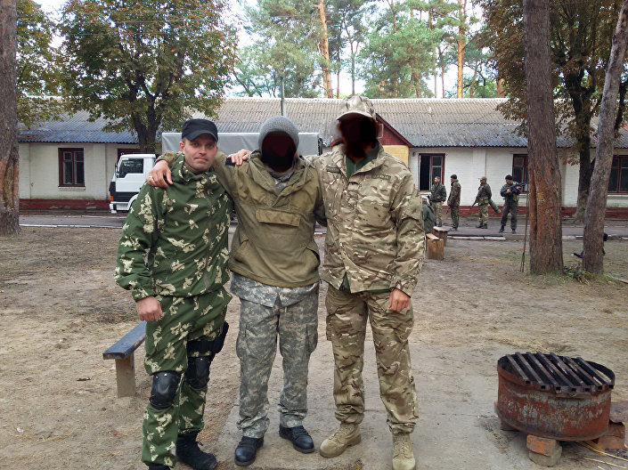Školení na vojenské jednotce 3066 (prapor Kulčického). Vlevo je Sergej Sanovský