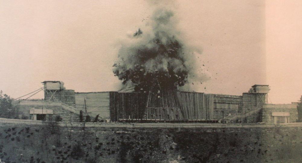 Moment výbuchu památníku Stalina v Praze, 1962
