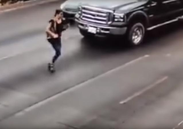 Dívka na vysokých podpatcích se pokusila přeběhnout ulici
