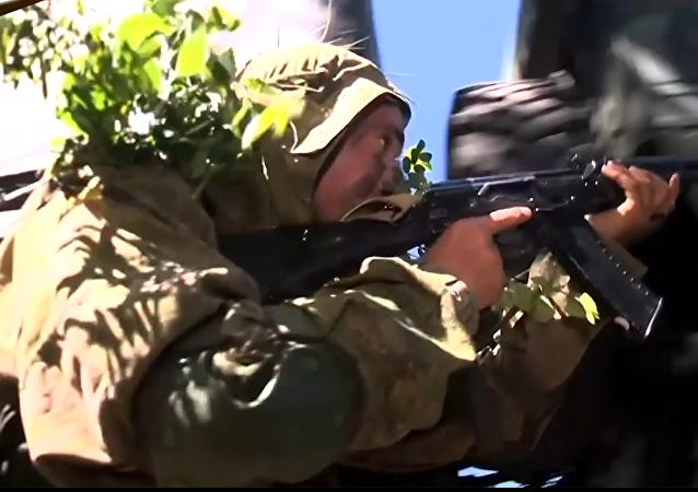 Maskování, úkryt a útok. Odstřelovači absolvovali vojenské cvičení