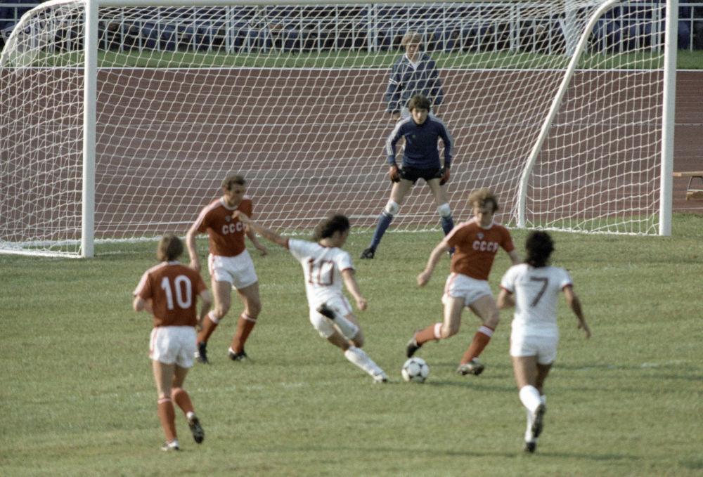 Fotbalisté národních družstev SSSR a Venezuela během zápasu na 22. olympijských hrách v Moskvě v roce 1980