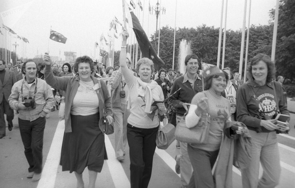 Zahraniční turisté - hosté XXII. Letních olympijských her na stadionu Luzhniki v Moskvě, 1980