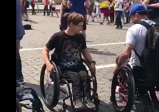 Neuvěřitelný příběh dobroty na MS 2018. Mexický fanoušek Rusovi daroval invalidní vozík