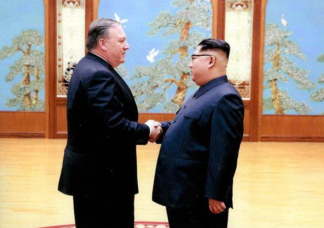Ministr zahraničí USA Mike Pompeo a severokorejský vůdce Kim Čong-uni