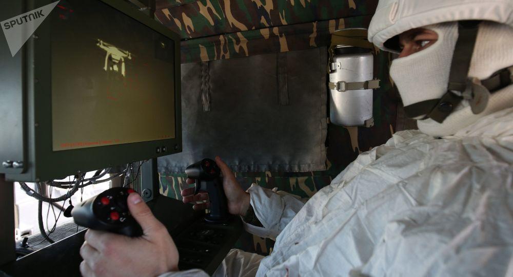Voják při řízení bojového komplexu
