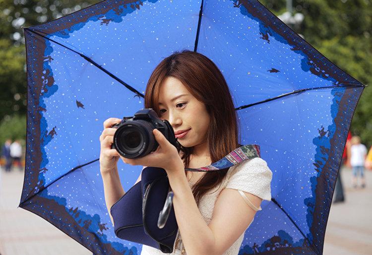 Dívka fotografuje na zrcadlovou kameru