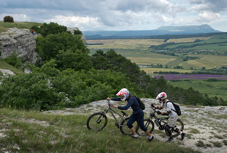 Cykloturisté v přilbách