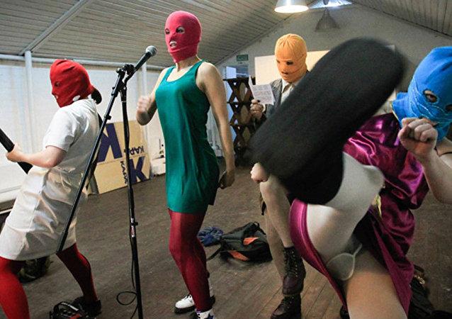 Záběr z filmu o Pussy Riot