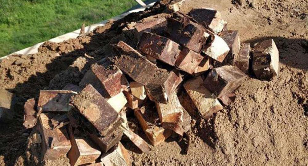 Nálože TNT nalezené na železničním valu na mostě nedaleko vesnice Cielianciejeva v Bělorusku