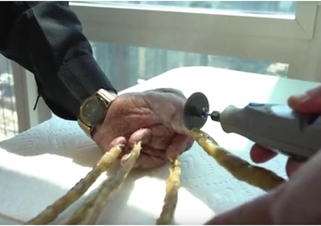 Indický muž si nechal ostříhat nejdelší nehty na světě a vystavil je v New Yorku