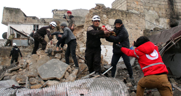 Dobrovolníci Bílých přileb zachraňují děti zpod trosek v Idlibu