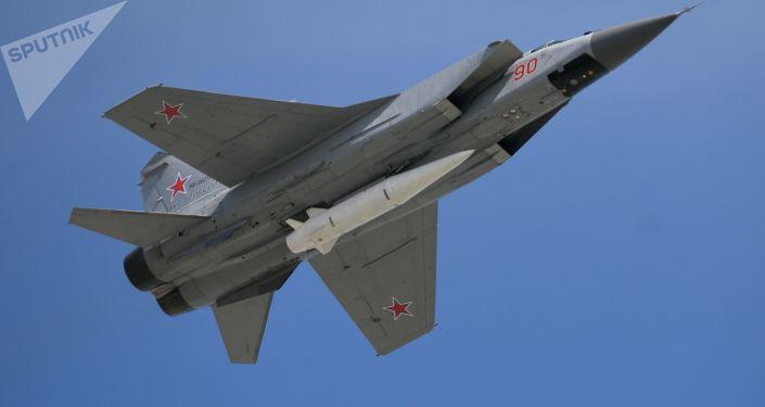 Stíhačka MiG-31 s hypersonickou raketou Kinžal