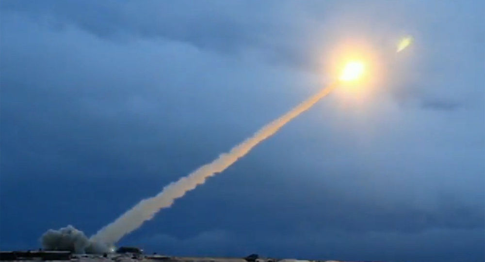 Ukázky zkoušky okřídlené jaderné rakety neomezené dálky během projevu ruského prezidenta Vladimira Putina před Federálním shromážděním