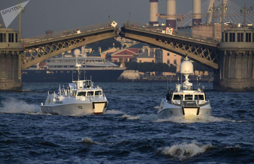 Grácie a moc na vodě: v Petrohradu se konala zkouška prohlídky na počest Dne námořnictva