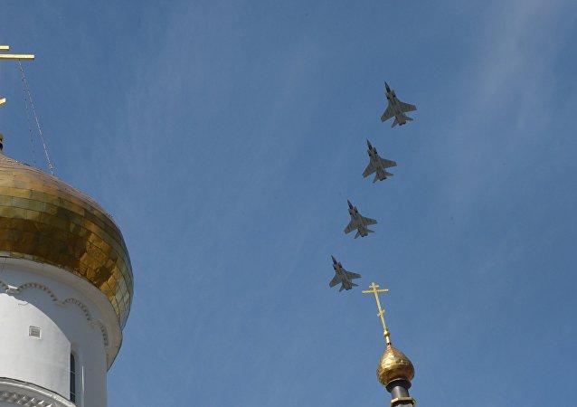 MiG-31 vyzbrojený Kinžalem