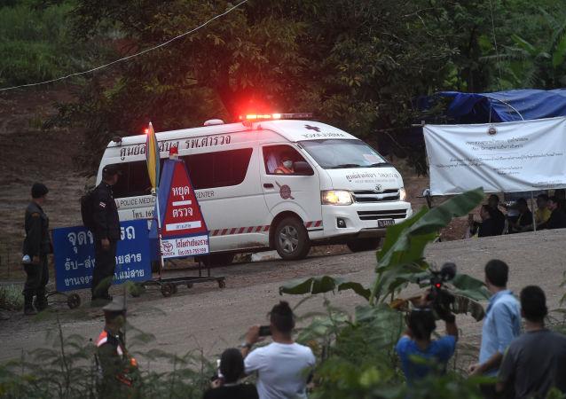 Sanitka u zatopené jeskyně v Thajsku