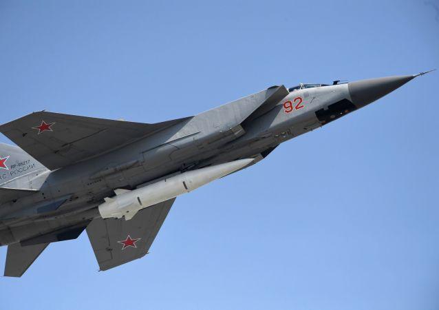 Stíhačka MiG-31 s raketou Kinžal