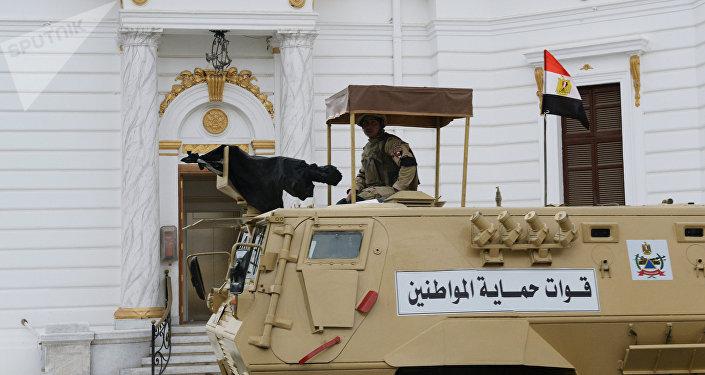 Voják na obrněném transportéru FAHD v Káhiře