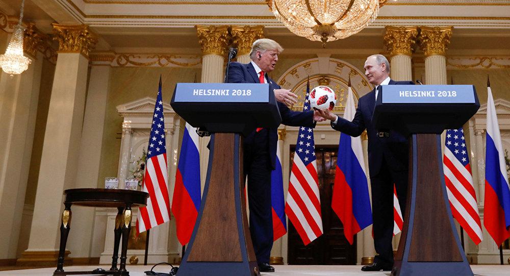 Vladimir Putin daroval americkému prezidentovi Donaldu Trumpovi fotbalový míč