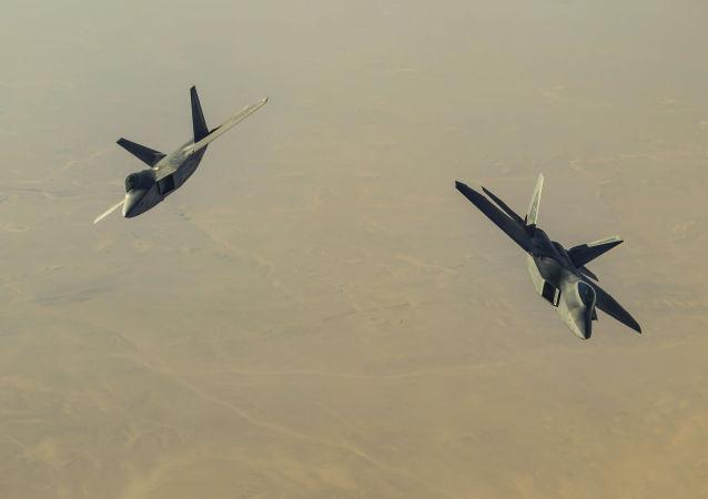 Americké stíhací letouny F-22 Raptor nad Sýrií. Ilustrační foto