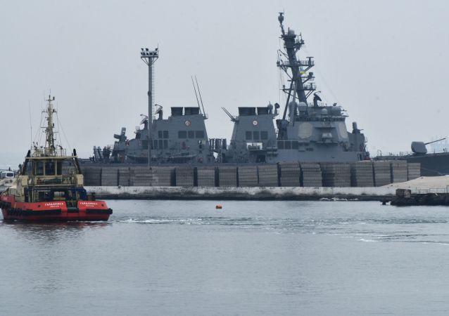 Americký torpédoborec Carney DDG64 v Oděse. Ilustrační foto