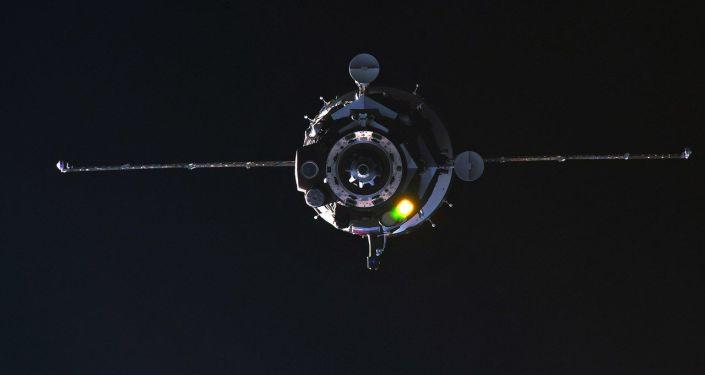 Pilotovaná loď Sojuz MS-08 během připojení k ISS. 23. března 2018