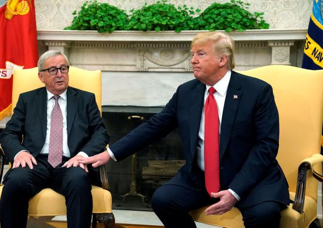 Předseda Evropské komise Jean-Claude Juncker s americkým prezidentem Donaldem Trumpem v Oválné pracovně