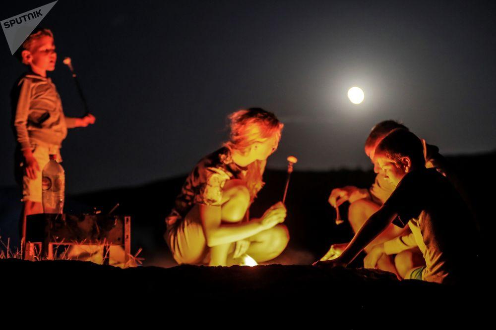 Turisté na Krymu během úplného zatmění