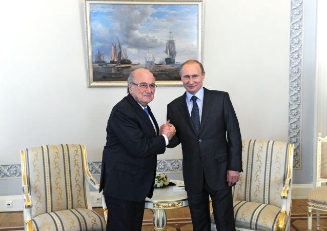 Vladimir Putin a Sepp Blatter