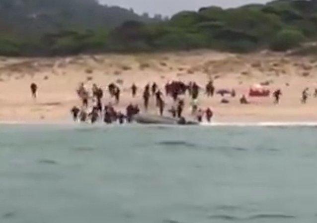 Útěk nelegálních migrantů po připlutí do Evropy se dostal na video