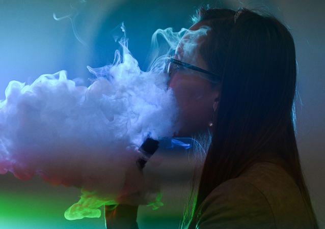 Dívka kouří