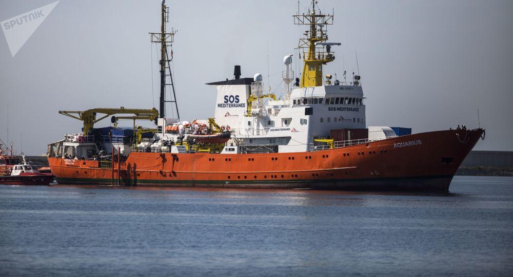 Loď Aquarius s migranty na palubě při kotvení v přístavu Valencie