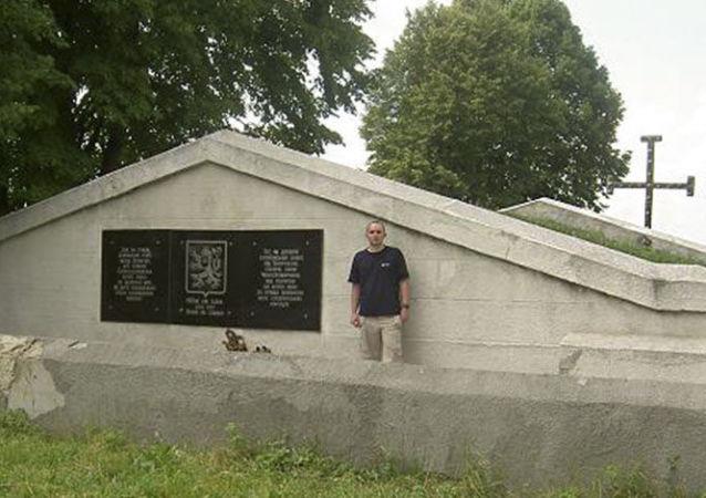Pamětní deska umístěná na hrobě československých legionářů v ukrajinském městě Zborov v Ternopilské oblasti