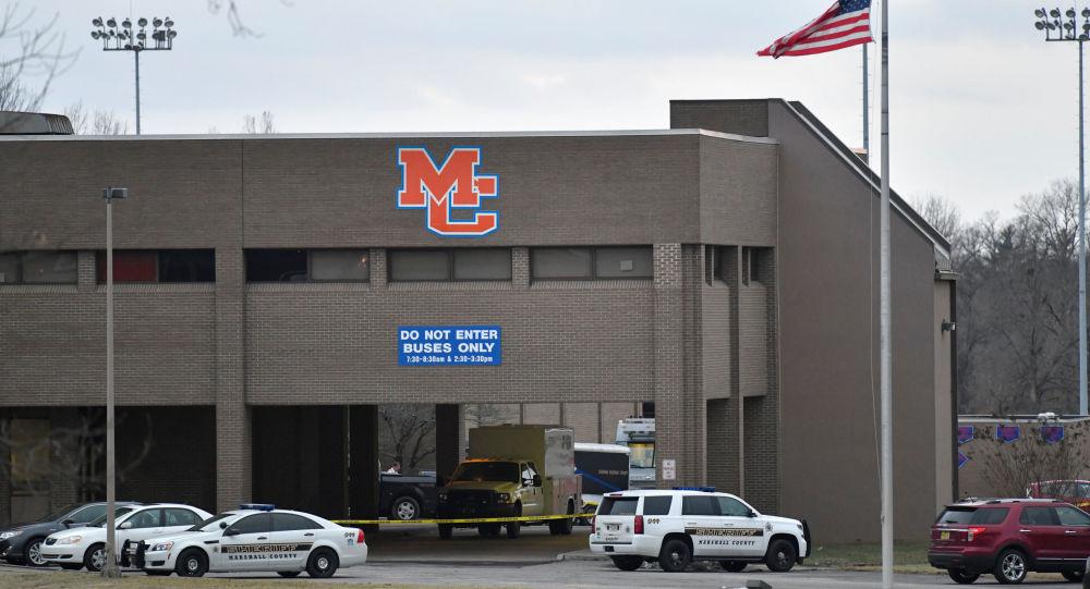 Policisté u školy v americkém Bentonu, kde došlo ke střelbě