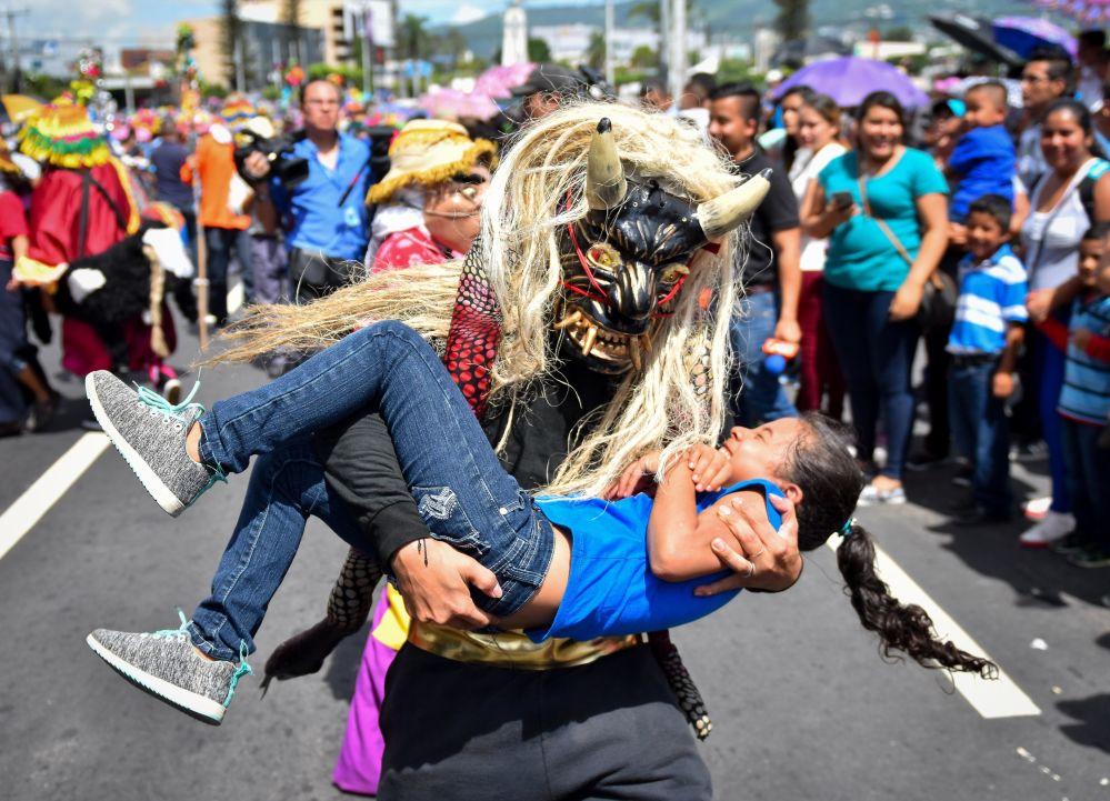 Tento týden v obrázcích: oslavy, požáry a zemětřesní. Jaký byl uplynulý týden?