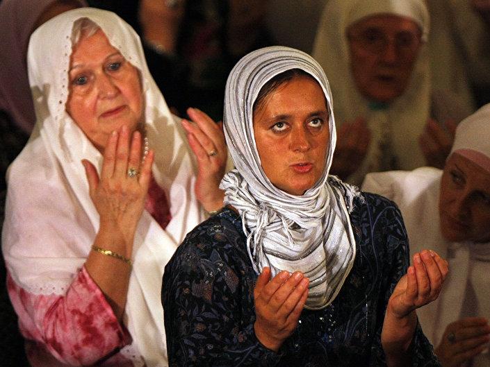 Bosenské ženy při modlitbě v mešitě