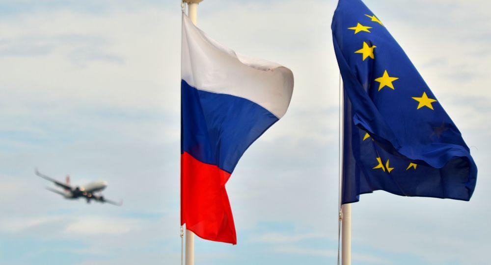 Vlajky Ruska a Evropské unie na nábřeží v Nice