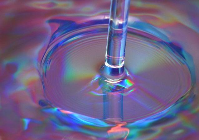Tok vody v dřezu