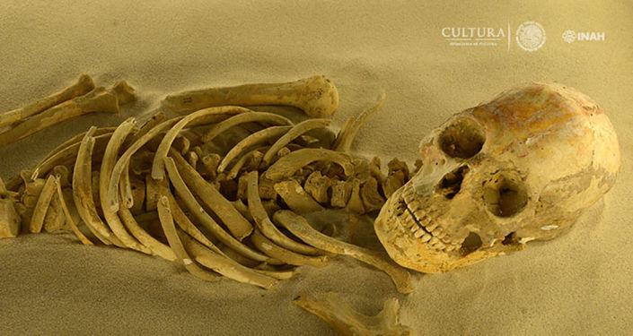 Kostra z doby Mayů, která byla nalezena během vykopávek v Mexiku
