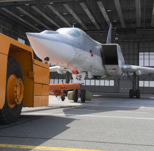 Ruský dálkový bombardér Tu-22M3 opouští hangár