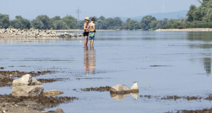 Nebývalé nízká hladina Dunaje v Bogenu, Německo