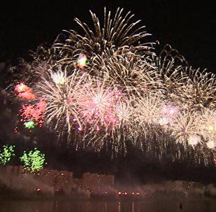 """120 ohnivých proudů """"tančily"""" v nebe Moskvy. Jaký byl první den festivale Rostech (VIDEO)"""